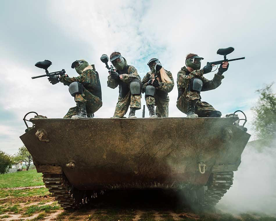 hráči paintballu na obrněném transportéru BVP-1 Army park v Ořechově